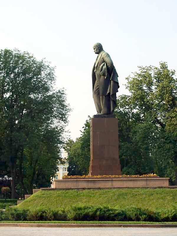 Вид справа в профиль - Памятник Тарасу…